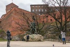 Wawel célèbre Dragon Statue au pied de la colline de Wawel photos stock