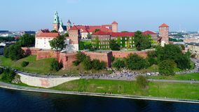 Wawel Castle, καθεδρικός ναός και ποταμός Vistula, Κρακοβία, Πολωνία το καλοκαίρι Εναέριο βίντεο φιλμ μικρού μήκους