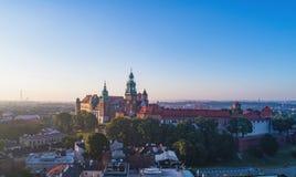 Wawel Catherdral e castelo Krakow, Poland Silhueta do homem de negócio Cowering Imagem de Stock Royalty Free