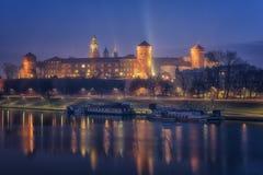 Wawel królewski kasztel w Krakow przy nocą, Vistula rzeka, Polska zdjęcia stock
