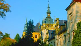 Замок в Краков, Польша Wawel Башни Живописная территория во дне осени с желтыми и зелеными деревьями Голубое небо с облаками стоковое изображение