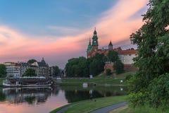 Wawel kunglig slott: Episk skymning - Juni 17 arkivbilder