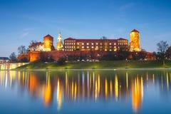 Wawel-Schloss am Abend in Krakau mit Reflexion im Fluss, Polen Stockbilder