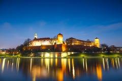 Wawel-Schloss am Abend in Krakau mit Reflexion im Fluss, Polen Stockfotos