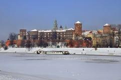 Wawel Schloss in Krakau und in gefrorenem Vistula-Fluss Lizenzfreies Stockfoto
