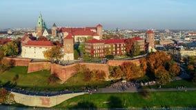 Wawel slott, Catherdral och Vistula River, Krakow, Polen i nedgång på solnedgången Flyg- video arkivfilmer