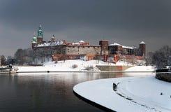 Wawel slott i Krakow och Vistula River i vinter royaltyfri fotografi