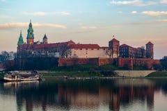 Wawel slott på skymning Arkivfoton