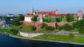 Wawelkasteel, Catherdral en Vistula-Rivier, Krakau, Polen stock footage