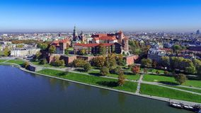 Wawelkasteel, Kathedraal en Vistula-Rivier, Krakau, Polen in daling Luchtvideo stock video