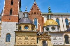Wawelkathedraal in Krakau Polen de koepels boven de ingang royalty-vrije stock foto
