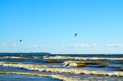 Wawes和清楚的天空 两只色的风筝在天空中 库存图片