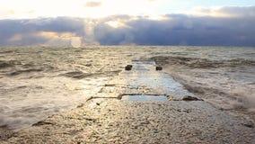 Wawes del mar lavados tarde del muelle almacen de metraje de vídeo