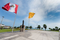 Wawing Peru Flag en la costa del océano de South Pacific Fotos de archivo