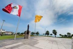 Wawing Peru Flag på kusten av det South Pacific havet arkivfoton