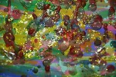 Waxy пятна украшают дырочками предпосылку фиолетового золота темную, красят текстуру Стоковые Фотографии RF