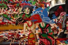 Wayang Kulit s?ljare p? gatorna, medan st?lla ut deras s?ljande produkter i Tegal/centrala Java, Indonesien, arkivfoton