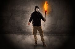 Wayfarer met het branden van toorts voor kruimelig muurconcept royalty-vrije stock afbeelding