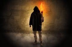 Wayfarer met het branden van toorts voor kruimelig muurconcept stock foto