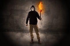 Wayfarer met het branden van toorts voor kruimelig muurconcept royalty-vrije stock fotografie