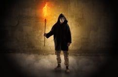 Wayfarer met het branden van toorts voor kruimelig muurconcept royalty-vrije stock foto