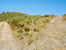 Waymark ad una forcella nella strada non asfaltata - San Fiz de Seo di Camino immagini stock libere da diritti
