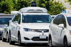 Waymo själv som kör bilen som kryssar omkring på en gata, Silicon Valley Arkivfoto