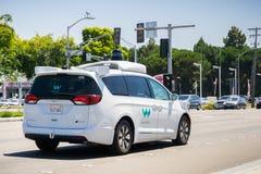 Waymo själv som kör bilen som kryssar omkring på en gata, Silicon Valley Royaltyfria Bilder