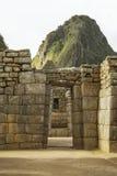 Wayna Picchu bakom fördärvar av dörrar inom Machu Picchu Arkivbilder