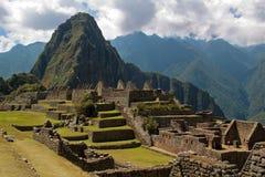 Wayna Picchu enmarcado en ruinas Foto de archivo