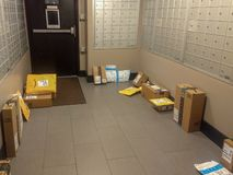 Wayne, New Jersey, Stati Uniti - 17 marzo 2019: I pacchetti di Amazon hanno consegnato rubato facilmente dai ladri del pacchetto fotografie stock