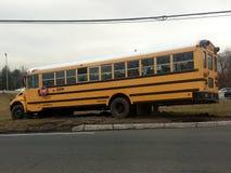 Wayne, New Jersey, Stati Uniti - 14 marzo 2019: Lo scuolabus manca il giro e spinge la strada Il bus ha dovuto essere rimorchiato immagini stock