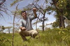 Wayne Pacelle CEO της ανθρωπιστικής κοινωνίας των Ηνωμένων Πολιτειών που ελέγχουν snare την παγίδα για ζώο στο εθνικό πάρκο Tsavo στοκ φωτογραφίες