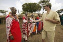 Wayne Pacelle CEO της ανθρωπιστικής κοινωνίας των θηλυκών Masai Ηνωμένης συνεδρίασης στις τηβέννους χωριό κοντά στο εθνικό πάρκο  στοκ φωτογραφίες