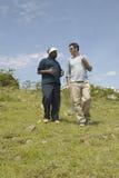 Wayne Pacelle vd av humant samhälle av Förenta staterna som kontrollerar som anti--snärjer patrullen i den Tsavo nationalparken,  royaltyfria bilder