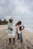 Wayuu familly che posa sulla spiaggia in Colombia Fotografia Stock Libera da Diritti