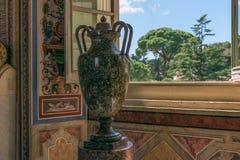 Waza i widok od okno Watykański muzeum włochy Rzymu zdjęcia stock