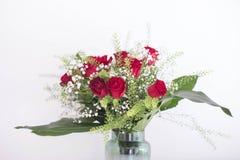 Waza kwiat czerwone róże na białym tle dziękuje ciebie i kocha karcianego projekta pokój dla teksta Fotografia Stock