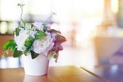 Waza kwiat na stole Zdjęcie Stock