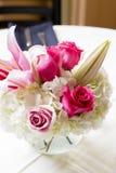 Waza z świeżymi kwiatami dekorował dla ślubnego świętowania Obraz Stock