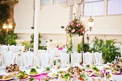 Waza z kwiatami przy stołem poszukiwania zdjęcie royalty free