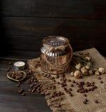 Waza z naciskającym kwiatem, kawą i rozpraszać piec kawowymi fasolami, Obraz Royalty Free