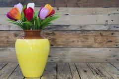 Waza z sztucznymi kwiatami, kolorowi tulipany Zdjęcie Stock
