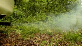 Wazeliniarski siwieje dym od samochodowego wydmuchowego systemu produkującego biednym benzyna silnikiem Zieleń liście świezi wios zdjęcie wideo