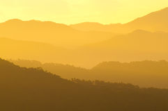 Wazige Lagen Bergketens tijdens Zonsopgang Royalty-vrije Stock Foto's