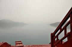 Wazige ochtendmening van een boot in Bai Tu Long Bay stock afbeeldingen
