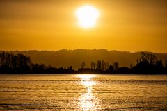 Wazige Zonsondergang over de Rivier van Colombia met Bezinning stock foto's