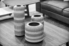 Wazy na drewnianym stole w izbowym wnętrzu Fotografia Stock