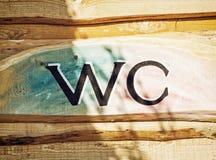 WC del segno sui precedenti di legno Immagine Stock Libera da Diritti