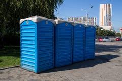 WC pubblico di plastica temporaneo sulla via della città immagine stock libera da diritti
